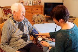 Betreutes Wohnen - Hausleitung Frau Lochner beim Blutdruck messen